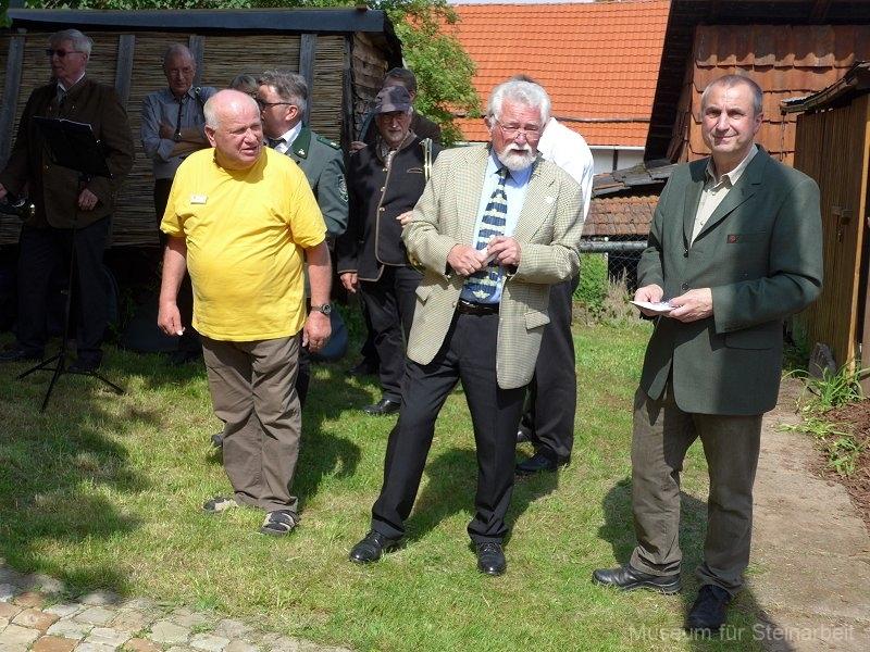 Ortsbürgermeister  Kurt Prutschke bedankte sich bei Gerhard Elsner für die Organisation der Ausstellung