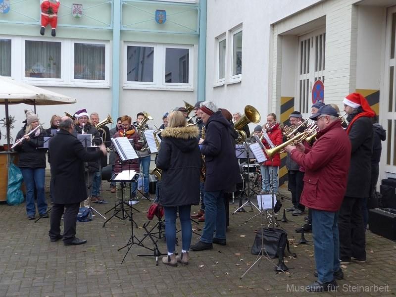 """Der Feuerwehrmusikzug AdeBar sorgt für """"Rock around the Christmastree"""""""